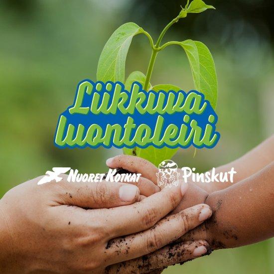 Kuva aikuisen ja lapsen käsistä, jotka pitelevät kasvin tainta. Kuvan päällä kolme logoa.