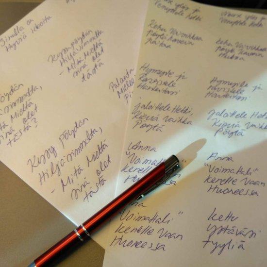 Papereita pöydällä jonka päällä kynä