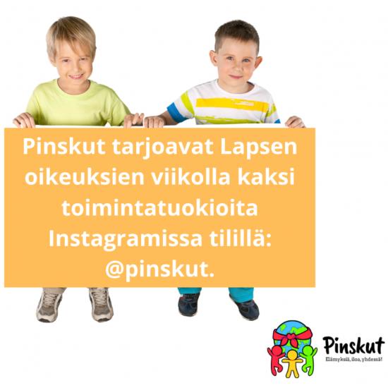 kaksi lasta pitelemässä infokylttiä