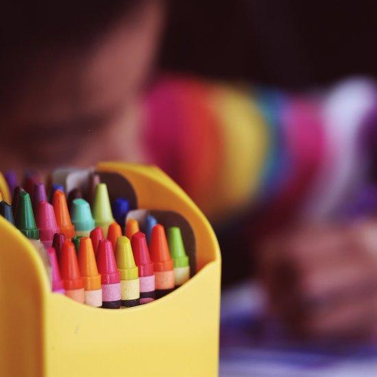 Lapsi piirtää väriliiduilla.