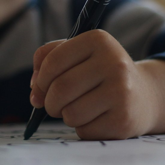 Lapsi piirtämässä paperille