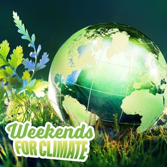 Weekends for Climate logo vihreän maapallon ja kasvillisuuden ympäröimänä