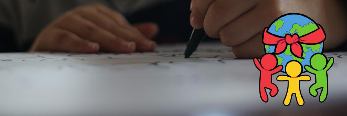 Lapsi kirjoittaa tussilla